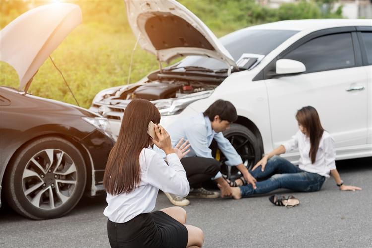 交通事故が起きたら電話をする